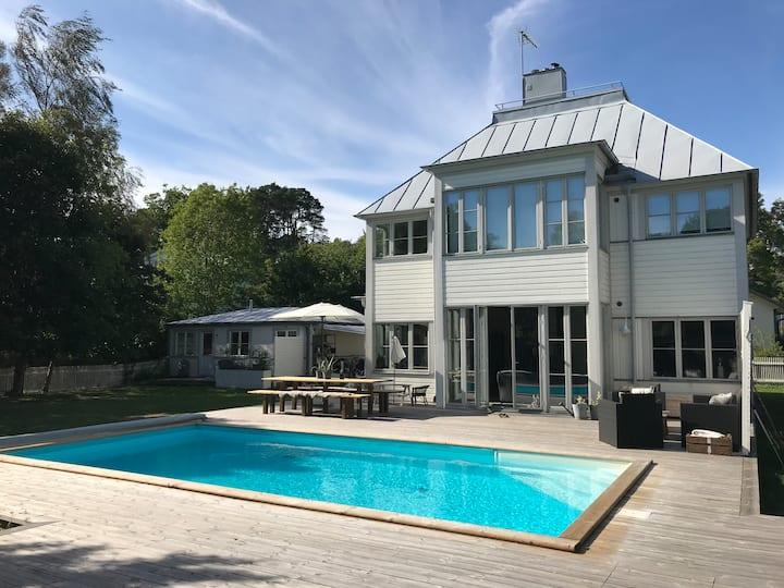 Stort hus med pool med tillhörande gästhus
