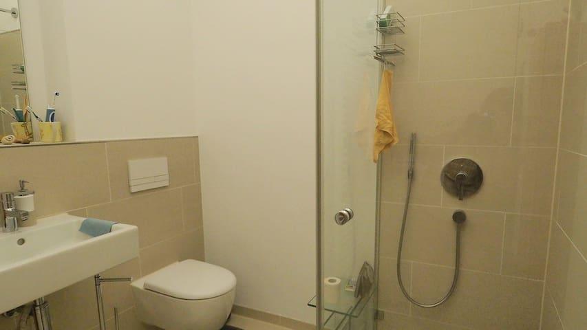 Eigenes Bad mit Dusche, Toilette und Waschbecken.
