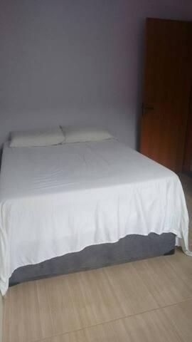 Quarto com cama de casal em ambiente familiar