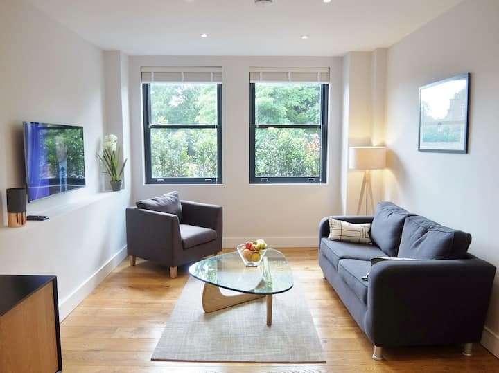 1 bed with office desk in the centre of Twickenham