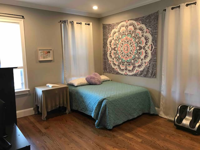 Newly Renovated Private Bedroom Close to  Airport