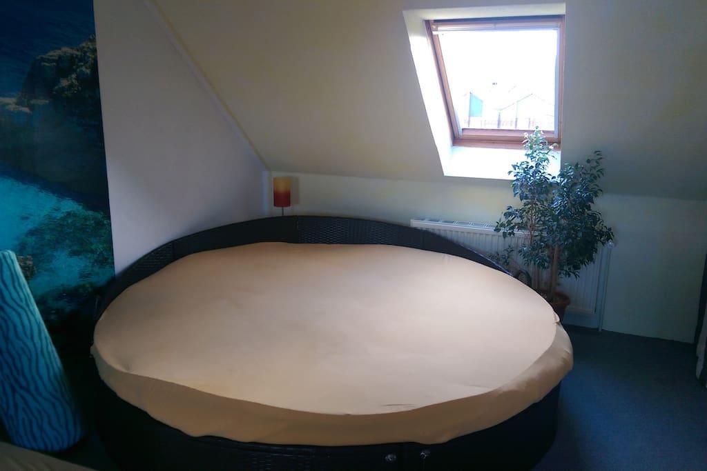 Bett 2,3M Ø im Zimmer
