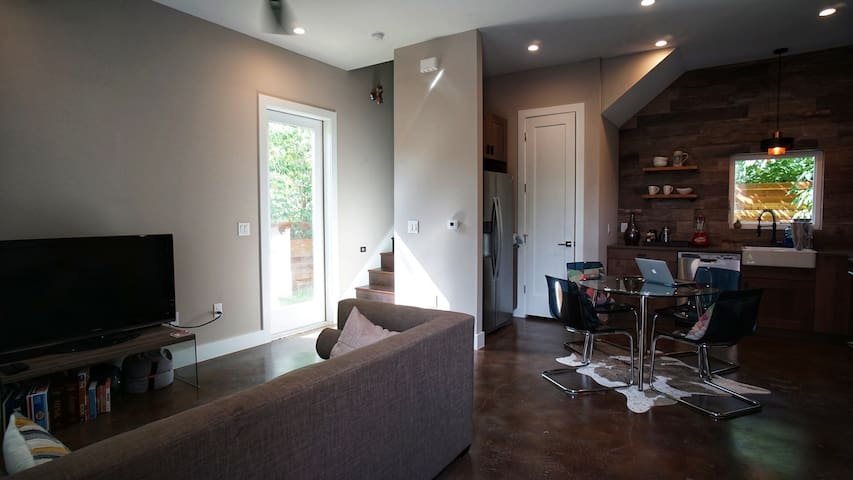 Private room in New, Modern East Austin Home