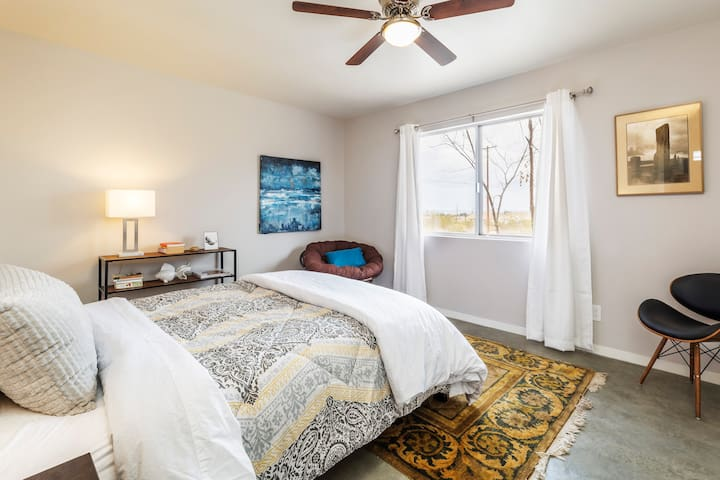 Peaceful retreat master with queen bed and all cotton sheets