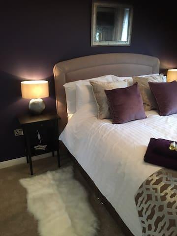 Luxury bedroom near Lingfield Racecourse & Gatwick