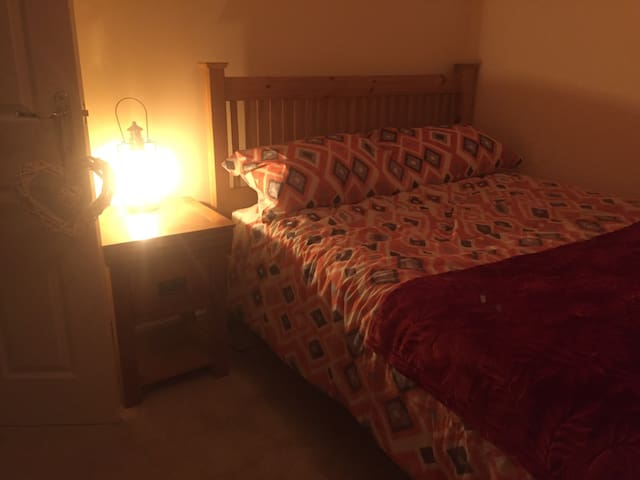 Clean fresh double bedroom and private bathroom. - Sherburn in Elmet