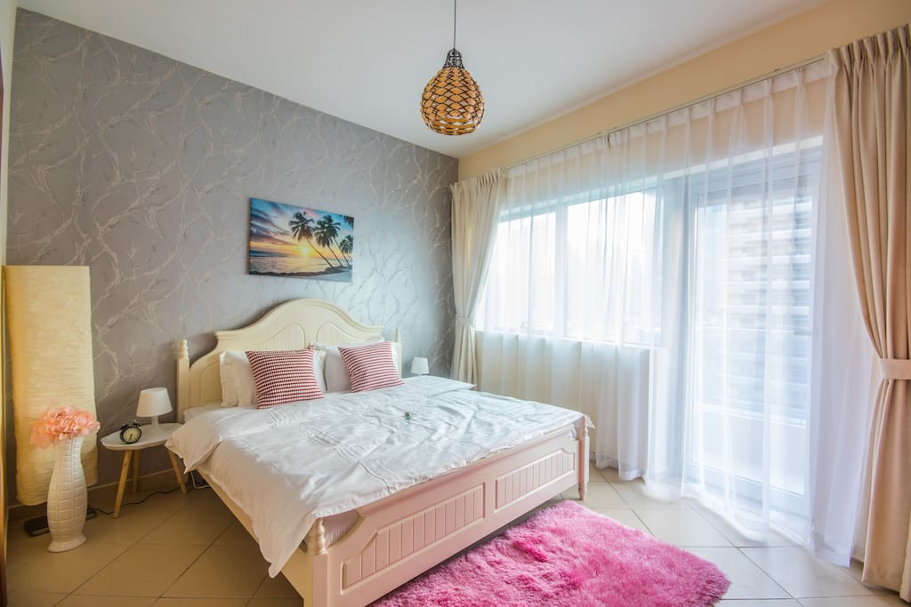8 persons can comfortable stay in this apartment - this is the Master bedroom with a large King bed. Direct access to the balcony!