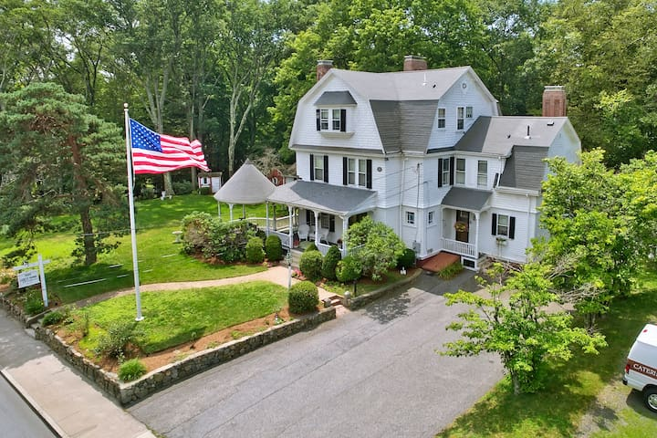 The Sherman, Historic Home - 9 bedrooms, sleeps 18