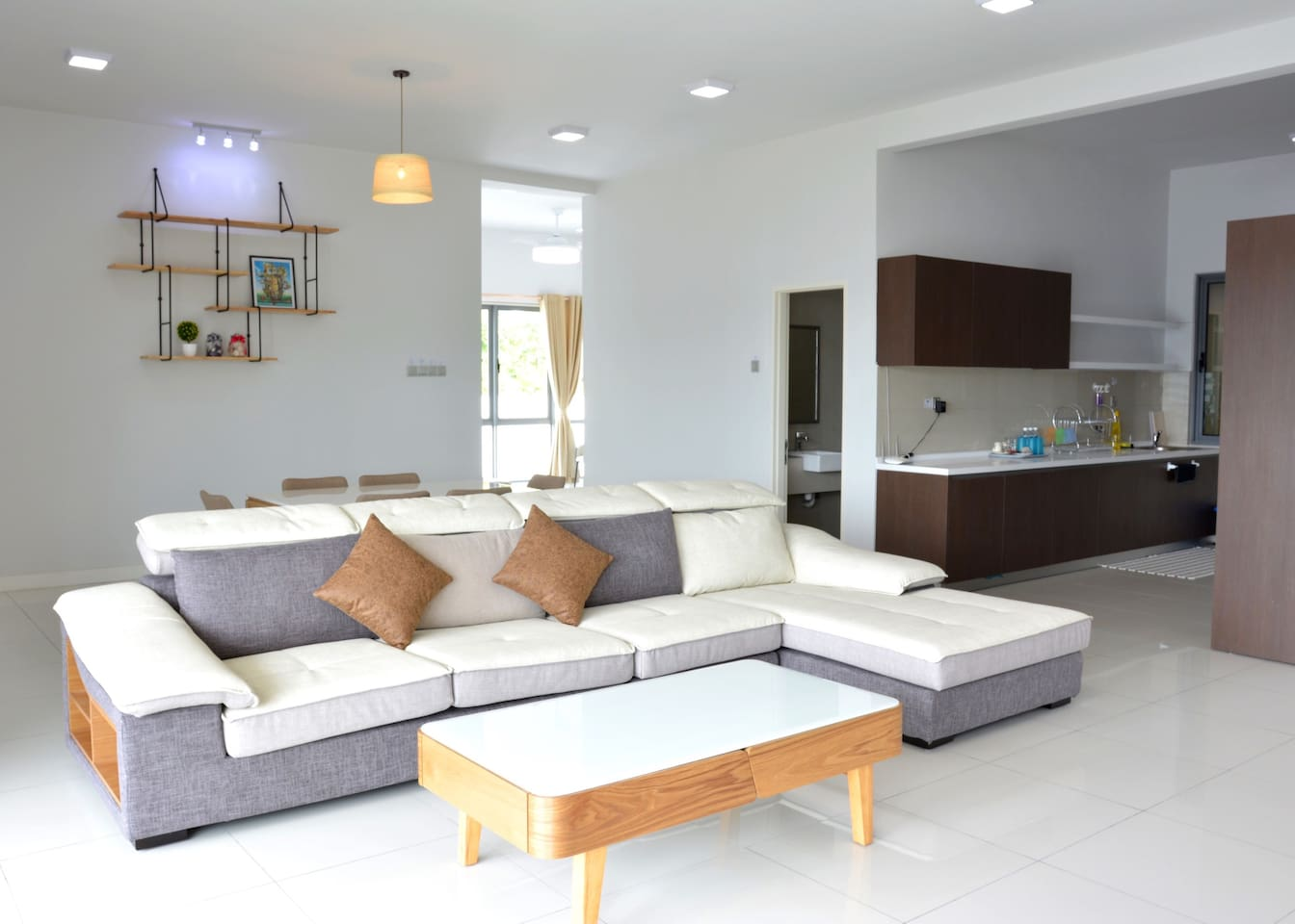 Full View of Living Room & Kitchen Area   客厅和厨房