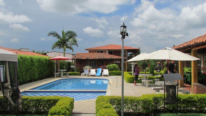 Cabaña para 4, 5 personas, piscina y zona social - La Tebaida - กระท่อม