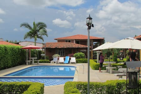 Cabaña para 4, 5 personas, piscina y zona social - La Tebaida