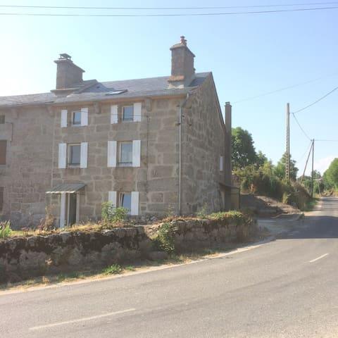 Maison village avec terrasse en bois ensoleillée