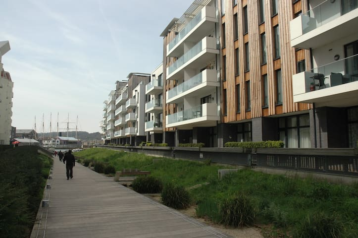 Contemporary Two Double Bedroom Harbourside  Apt - Bristol - Apartment