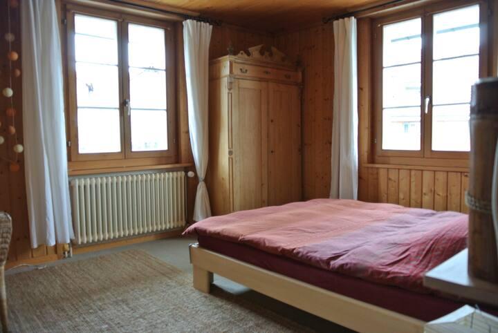 Privates, helles Zimmer in renoviertem Altbau