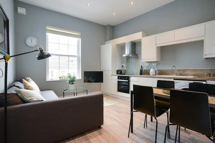 Contemporary 1 bed Apartment open with Parking