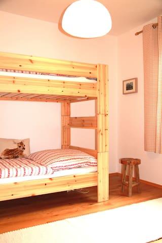 Zweites Schlafzimmer mit Hochbett im Erdgeschoss