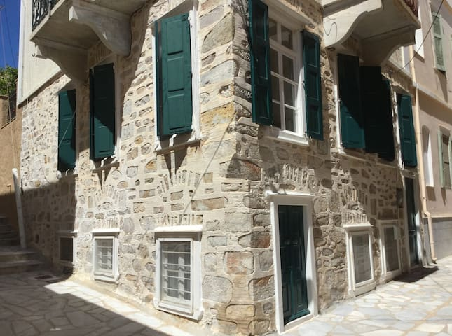 traditional house in the Vaporia  - Ερμούπολη - Huis