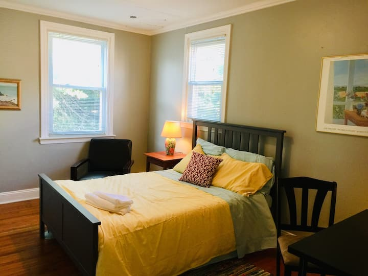 Large private room, 1 stop to Center City