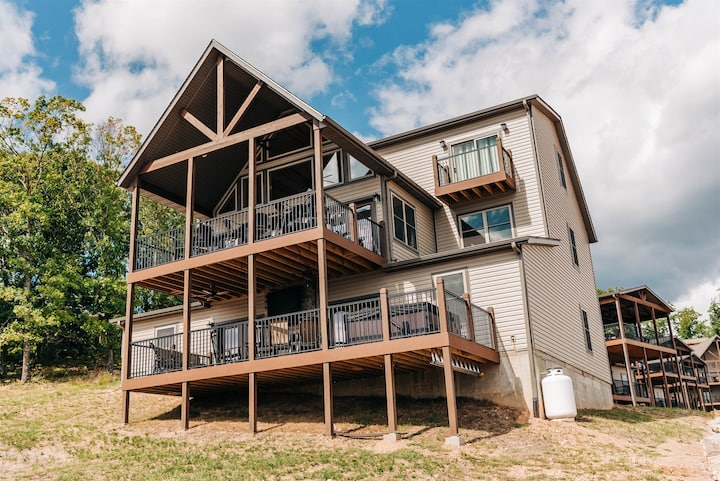BOAT SLIP INCLUDED!! PICTURESQUE PERFECTION-Table Rock Lake Views