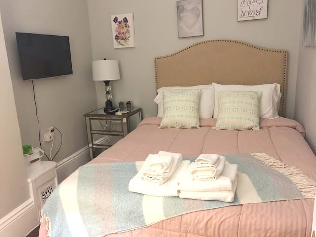 Cozy room for 2 in fully equipped home in Melrose