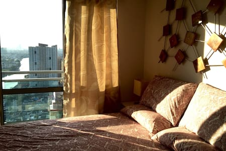 1BR with balcony across Rockwell! - Mandaluyong City - Condominium