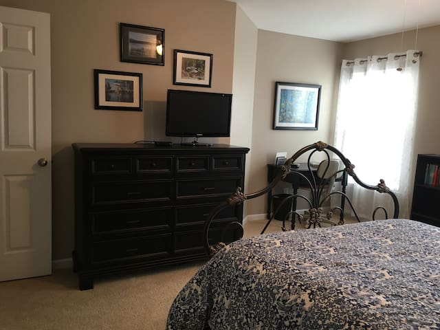 Luxurious Large Quiet Bedroom w/new Queen Bed