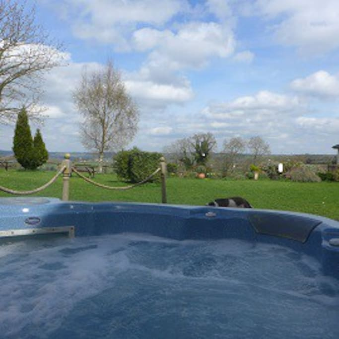 Hot tub available for guest use ester to October in daylight hours