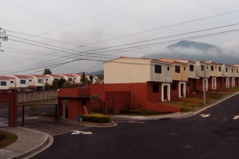Entrada principal a cluster Las Arboledas