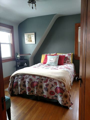 Cozy, double bed near airport - Milwaukee - Hus