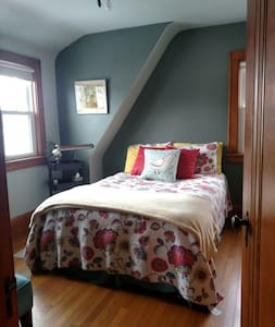 Cozy, double bed near airport - Milwaukee - House