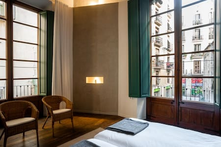 Double room + folding bed in an old mansion - Barcelona