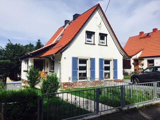 Modernes Ferienhaus mit Kamin und Badefass