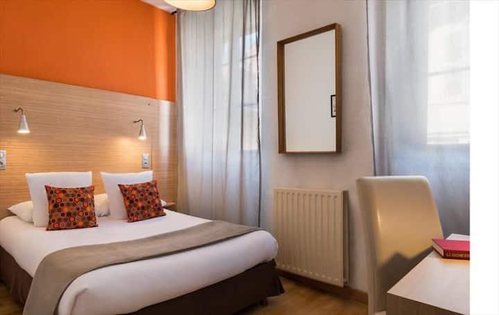 Chambre double grand lit climatisée, pour deux personnes maxi.