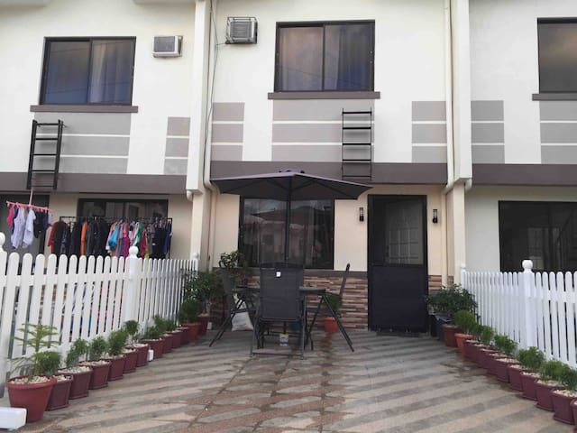 MACKIE's PLACE Unit B (Maximum of 6 Guest)/person