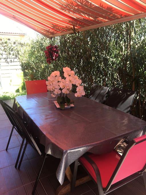 Table à manger à l'extérieur dans la terrasse