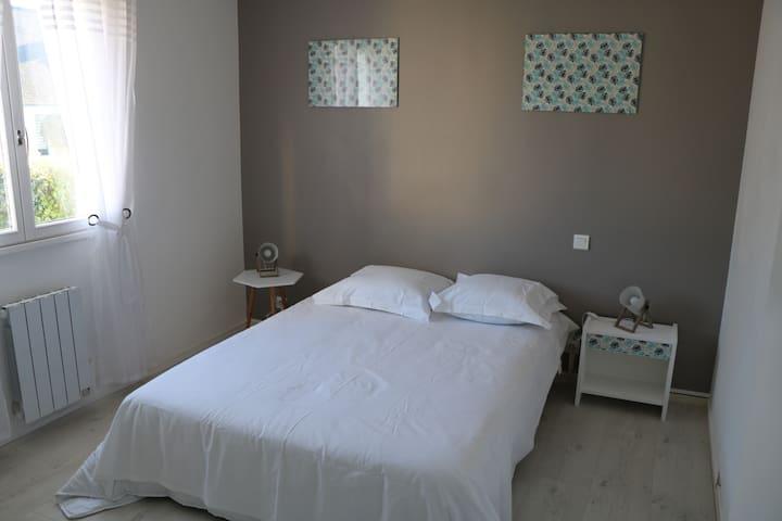 chambre avec lit 2 personnes et dressing