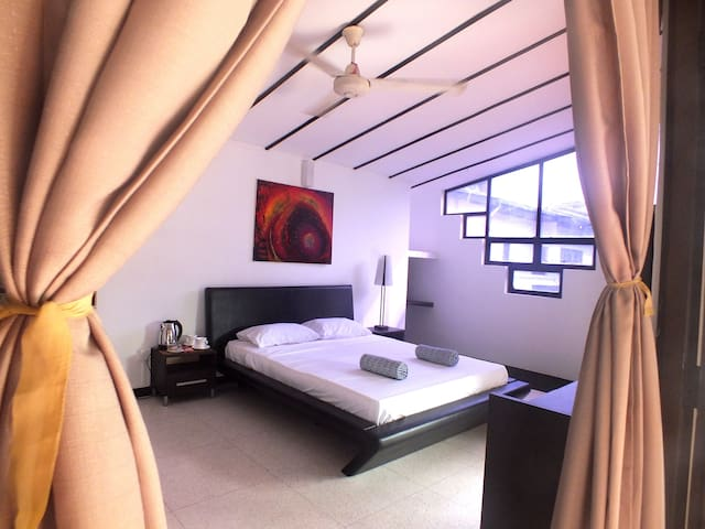 Spacious Room with Balcony - Drop Inn Colombo