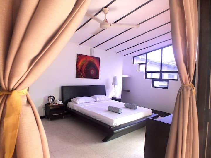 Spacious Room with Balcony - Drop Inn Colombo