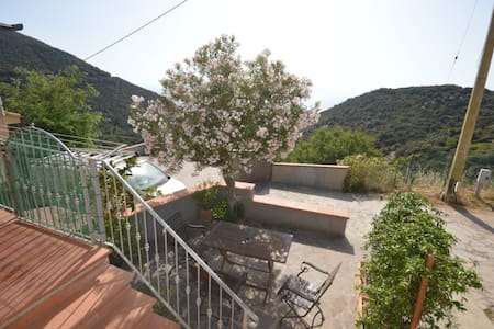 Apartment with sea view, surrounded by greenery, with air conditioning and outdoor space; Parking available