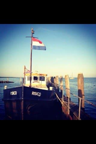 prachtig groot schip in centrum Groningen - Groninga - Barca