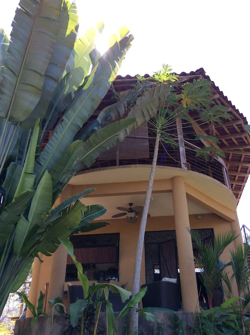 Main floor self contained studio/ top floor Rancho/ 8 minute Retreat from Beaches and Waterfall
