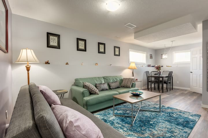 Bright Private 2BR Suite close to the Airport