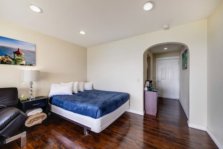 Affordable, dog-friendly studio boasts nearby beach access and ocean views