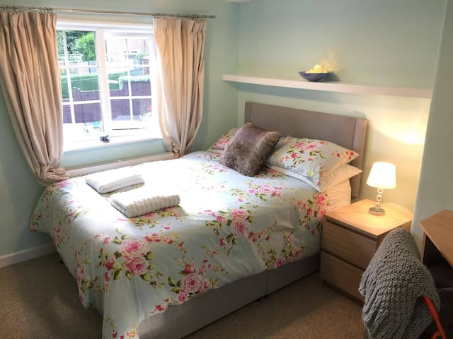 Cosy double room, friendly hosts :)