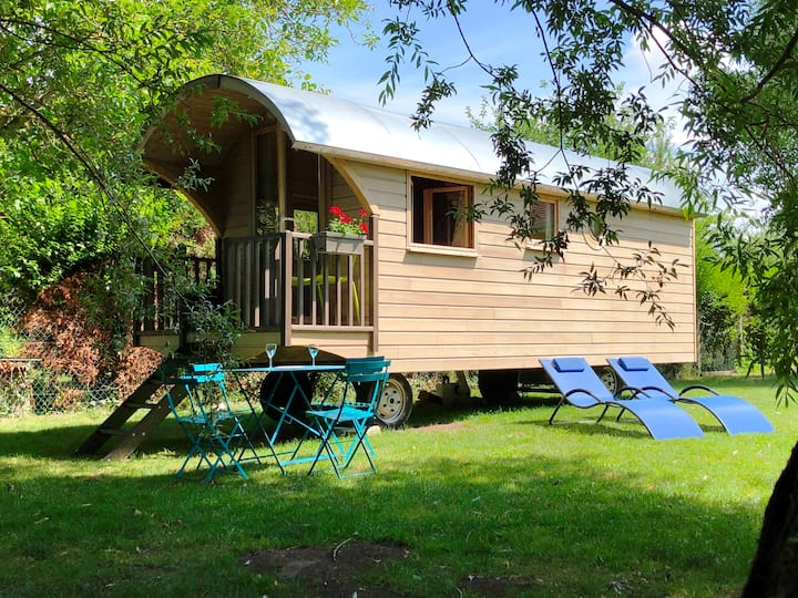 Millygite roulotte Chalet-on-wheels-by-the-river