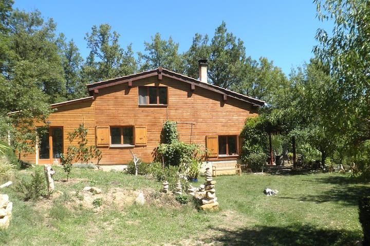 Maison en bois avec vue magnifique sur la montagne