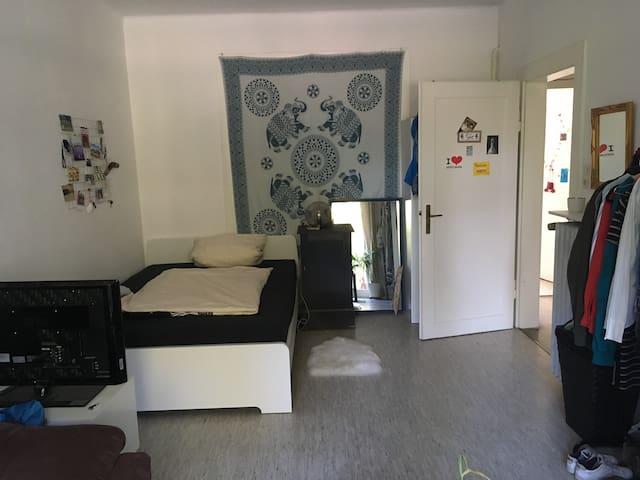 Perfekte Lage - großes Zimmer mit Balkon