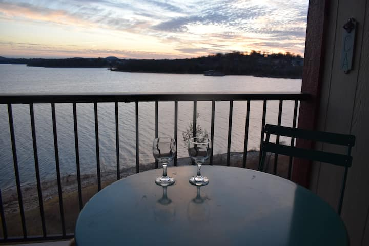 Your next getaway! Stunning 2BR Waterfront Retreat
