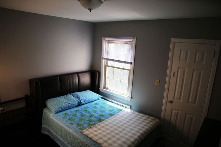 Cosy Room close to LIJ Hospital and LIRR - Garden City Park - Casa