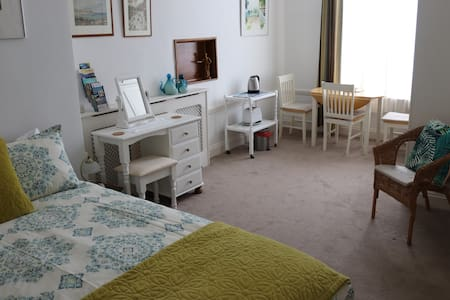 Spacious room & en suite +Free Parking by The Hoe